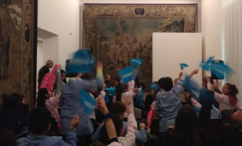 Gli alunni della primaria Ferrari con le bandiere ONU nella sala degli Arazzi del Museo Civico