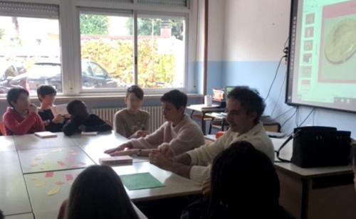 Lo scrittore Gabriele Nanni insieme agli alunni della 2B Panzini
