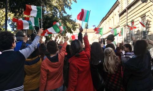 Gli alunni Panzini con i tricolori alla celebrazione dell'Unità d'Italia