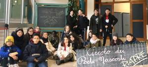 Gli alunni che frequentano il Circolo dei poeti nascosti fotografati davanti ad una vecchia lavagna in ardesia